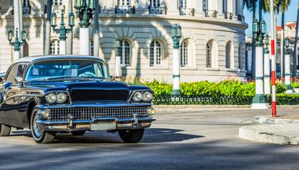 Schwarzer amerikanischer Oldtimer fährt durch Havanna City Kuba - HDR - Serie Kuba Reportage