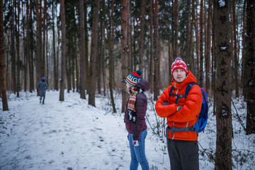 Photo of sports man and woman standing in winter forest