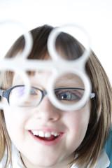 Uśmiechnięta dziewczynka na terapii wzroku. Fliper akomodacyjny
