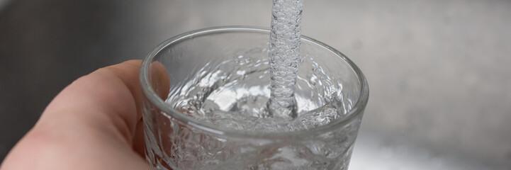 Wasser in ein Glas eingießen - Banner