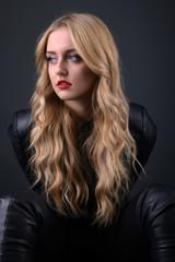 Belle femme blonde isolé sur fond noire