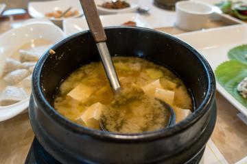 Koreanische Suppe mit Tofu.