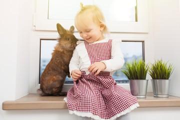 Fotoväggar - Cute little girl with a bunny