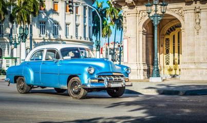Blauer amerikanischer Oldtimer fährt am Capitolio durch Havanna Kuba - HDR - Serie Kuba Reportage