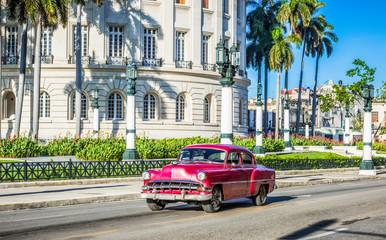 Rot brauner amerikanischer Oldtimer fährt am Capitolio vorbei in Havanna Kuba - HDR - Serie Kuba Reportage