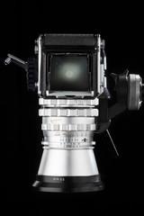 Silbrige Analog-Mittelformatkamera auf schwarzem Hintergrund