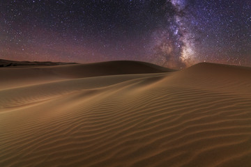 Foto op Aluminium Zandwoestijn Amazing views of the Sahara desert under the night starry sky.