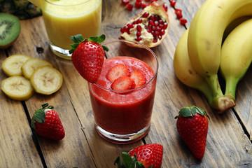 bevanda disintossicante frullati o frappe di frutta fragole ananas e kiwi in bicchiere