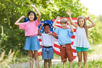 Gruppe Kinder mit der USA Flagge winkt