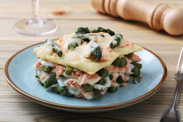 lasagne asparagi e salmone sfondo tavolo di cucina