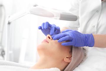 Manualne oczyszczanie skóry w salonie kosmetycznym.