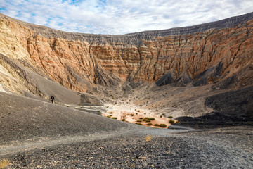 randonneur dans le cratère d'un volcan