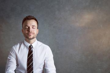 Entspannter, ausgeglichener Geschäftsmann