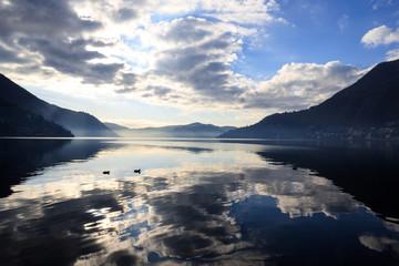 riflessi sul lago di Como
