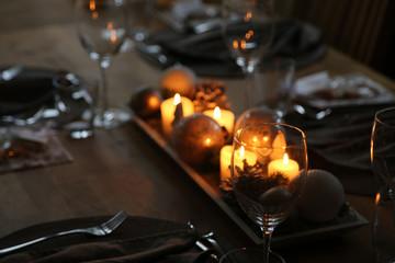 Weihnachtlich gedeckter Tisch mit edlem Ambiente