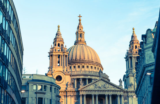 St Paul's Cathedral London mit blauem Himmel