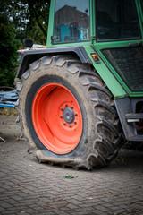 Traktor mit geplatztem Reifen