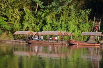 Rivière Kwai, Thaïlande, séchage de linge sur pirogues