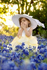 Fototapete - Beautiful little girl in a field of Texas Bluebonnets