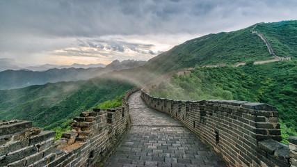 China, Peking, Wanderung auf der Chinesischen Mauer, Langer Weg der Chineischen Mauer unter grauer Wolkendecke