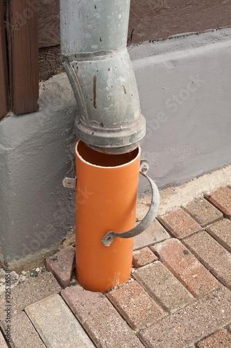 Favorit Reparaturarbeiten an einem Fallrohr für Regenwasser