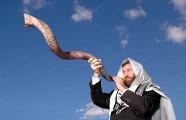 Man blowing Yemenite shofar