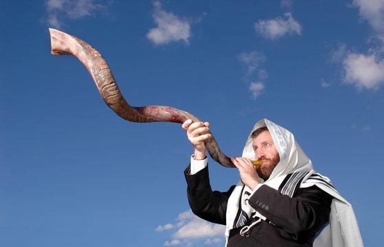 Man blowing Yemenite shofar