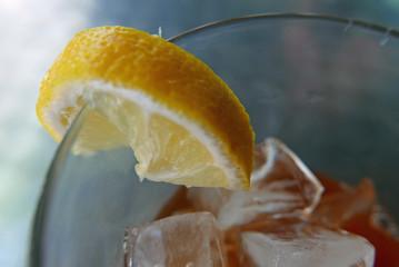 Eistee mit Zitronenscheibe