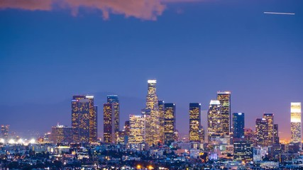 Klistermärke - Zoom out from downtown Los Angeles skyline twilight night city. 4K UHD Timelapse