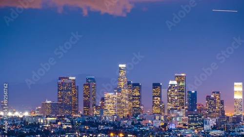 Fotobehang Zoom out from downtown Los Angeles skyline twilight night city. 4K UHD Timelapse