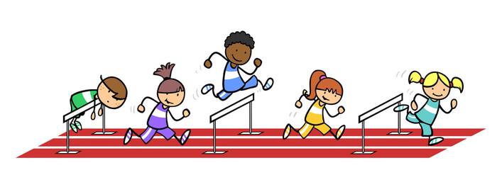 Gruppe Kinder beim Hürdenlauf im Sportunterricht
