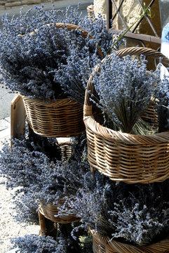 Gordes (Vaucluse) paniers en osier et lavande, Luberon, Provence, France