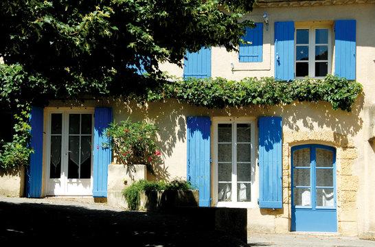 Luberon (Vaucluse) façade et volets bleus, provence, France