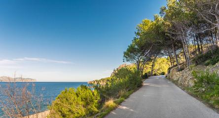 Landstraße am Meer