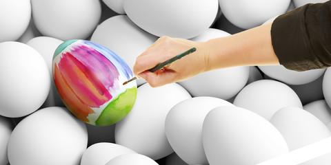 Hand mit Pinsel bemalt Osterei mit Wasserfarben