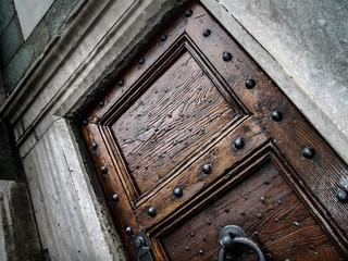 Porta antica con chiodi in ferro battuto a mano