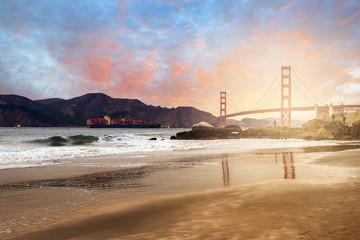 porte conteneur sous le Golden Gate Brige