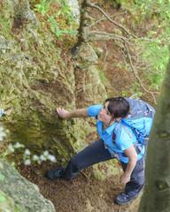 prüfender Blick nach oben am Einstieg zum Klettersteig
