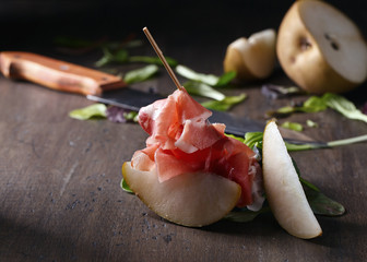 Fototapete - Prosciutto with pear and spinach .