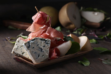 Blue cheese with prosciutto , pear and spinach.