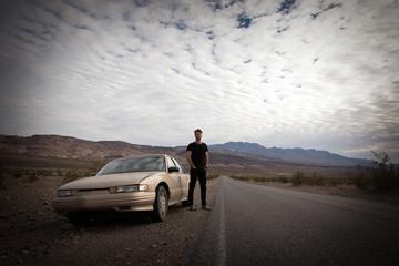 beau jeune homme baroudeur dans le désert