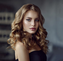 Spoed Fotobehang Kapsalon Brunette girl with long and shiny wavy hair . Beautiful model with curly hairstyle .