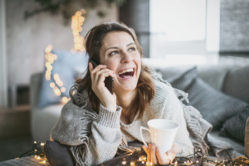 Frau ambiente telefonieren lachend