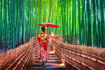 Foto auf AluDibond Bambusse Bamboo Forest. Asian woman wearing japanese traditional kimono at Bamboo Forest in Kyoto, Japan.
