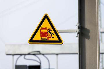 Gefahrenschild an einem Bahnsteig