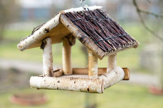 Vogelhaus / Vogelhaus hängt in einem Garten