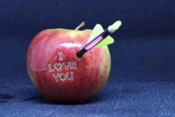 Apfel zum Valentinstag mit Liebesschwur und Amorpfeil