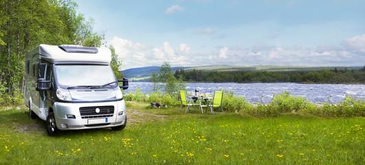 Foto auf Acrylglas Camping Reisemobil am Fluss