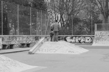 Vater und Sohn im Skatepark