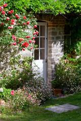 Charmant petit jardin et porte de maison